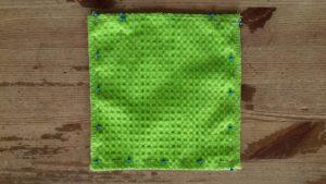 Leg de twee lagen stof met de goede kanten van de stof op elkaar.