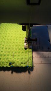 Naai nu met een naad van 1 centimeter de twee stoffen op elkaar. Zorg ervoor dat je een stukje open laat om het doekje binnenstebuiten te keren!