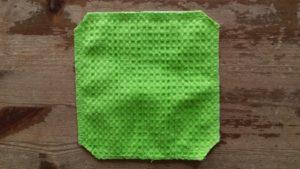 Knip de hoekjes bij de punten van het doekje schuin af.